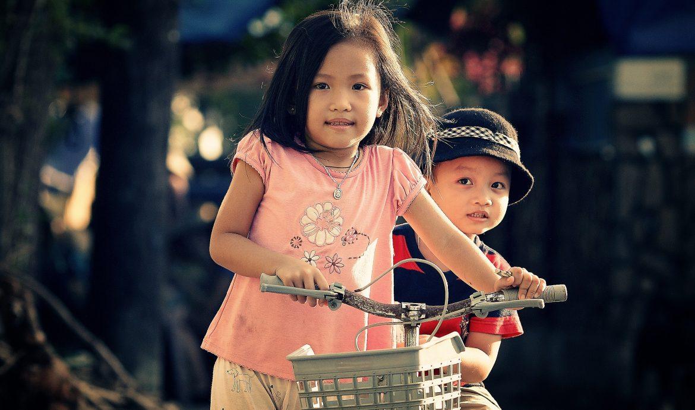 Barn balanserar en cykel