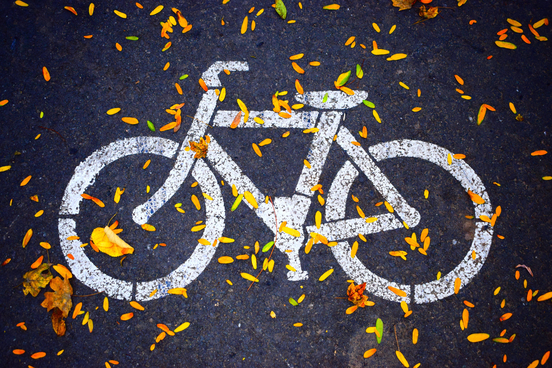 Cykel målad på marken.